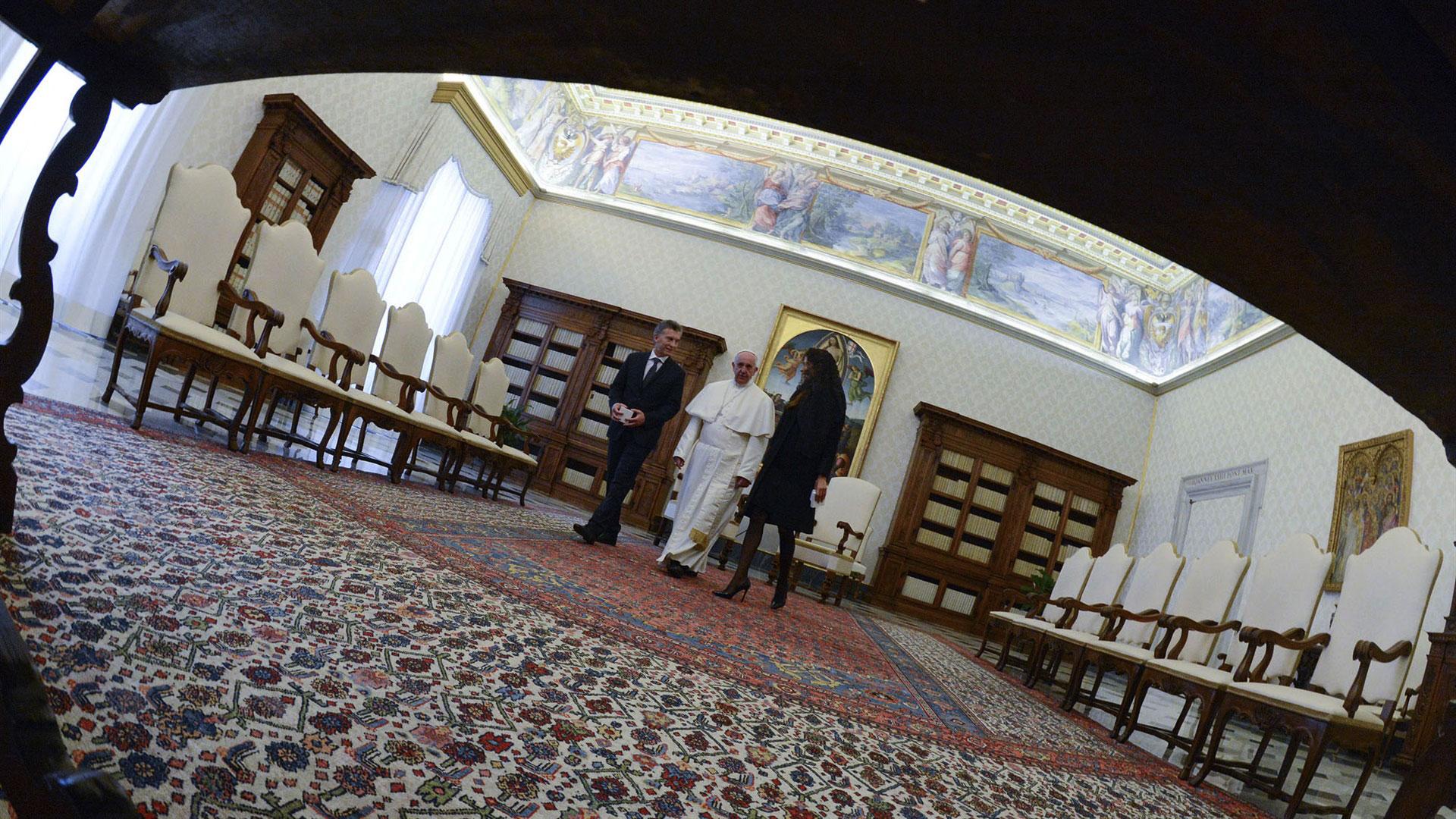 27 de febrero de 2016. El presidente argentino Mauricio Macri y su esposa, la Primera Dama, Juliana Awada, intercambiaron obsequios con el Papa Francisco.