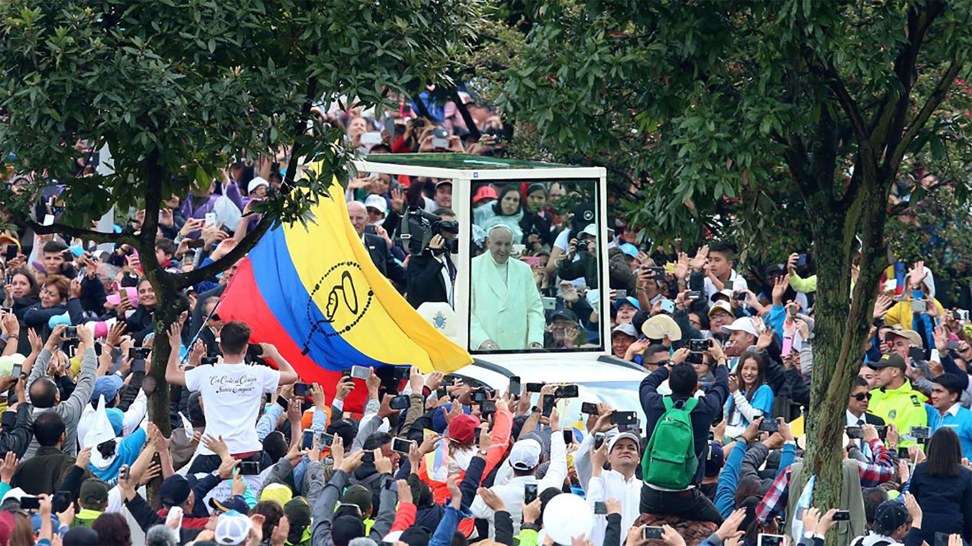 El Papa Francisco llegó al Parque Simón Bolívar en Colombia en el papamóvil ante cientos de miles de fieles