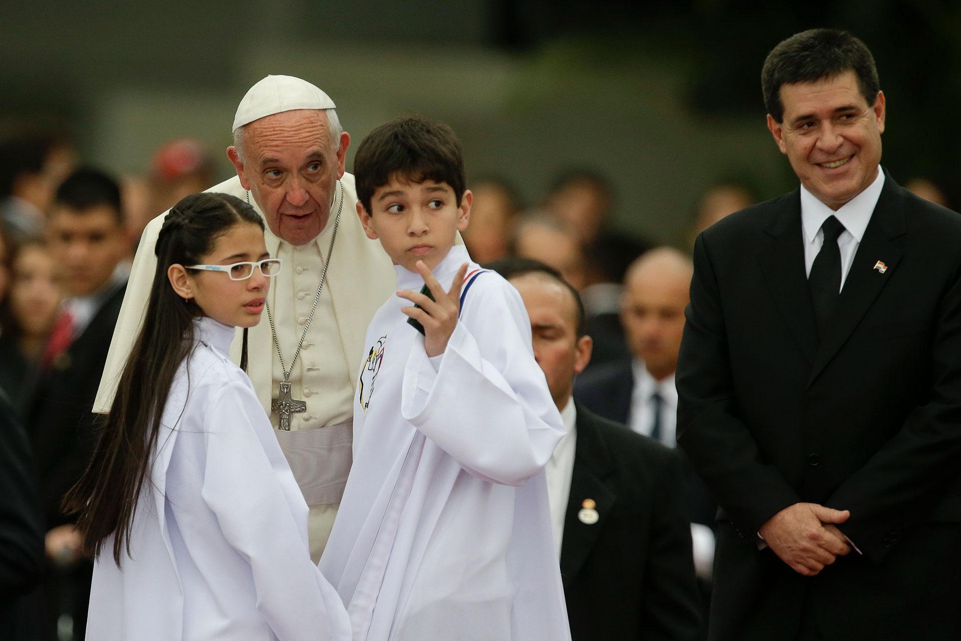 10 de julio de 2015. El papa Francisco durante su visita a Paraguay, junto a dos niños y el presidente Horacio Cartes