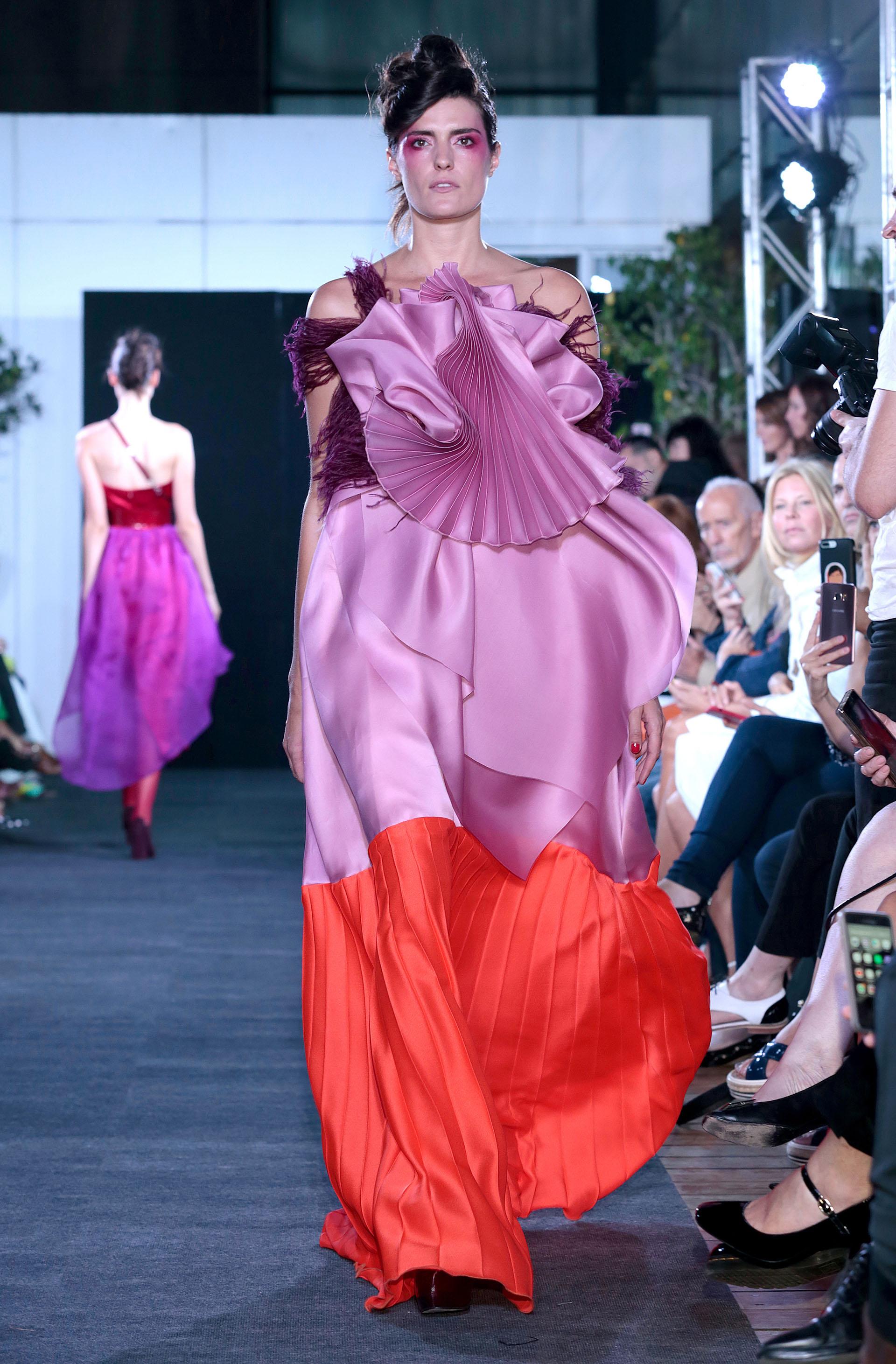 Mix de texturas y colores. Flecos, seda y plisados en violeta, lila y rojo.