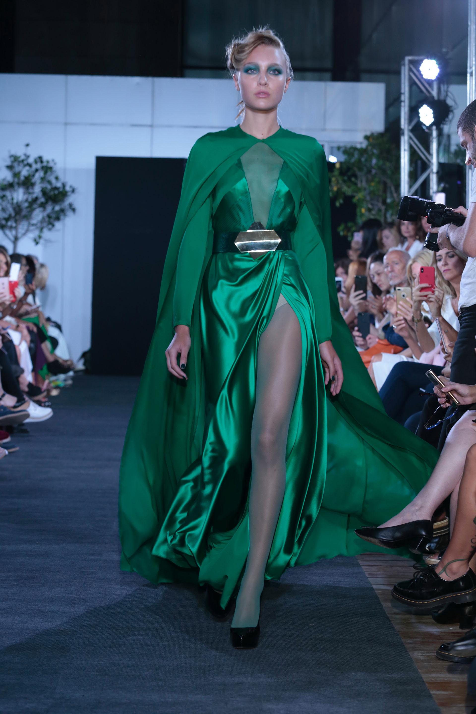 Verde esmeralda en Alta Costura: con capa a tono, cruzado de seda con gran tajo y escote. Un imponente diseño de Zitta