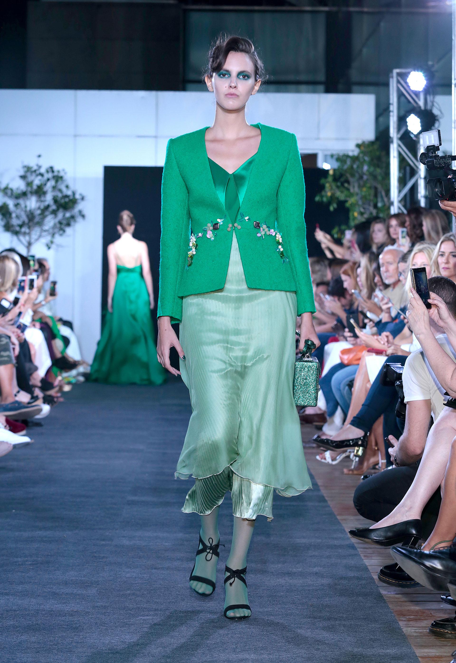 Verde esmeralda, otro color estridente en la pasarela. Saco smoking con bordado sobre vestido plisado de seda y gasa