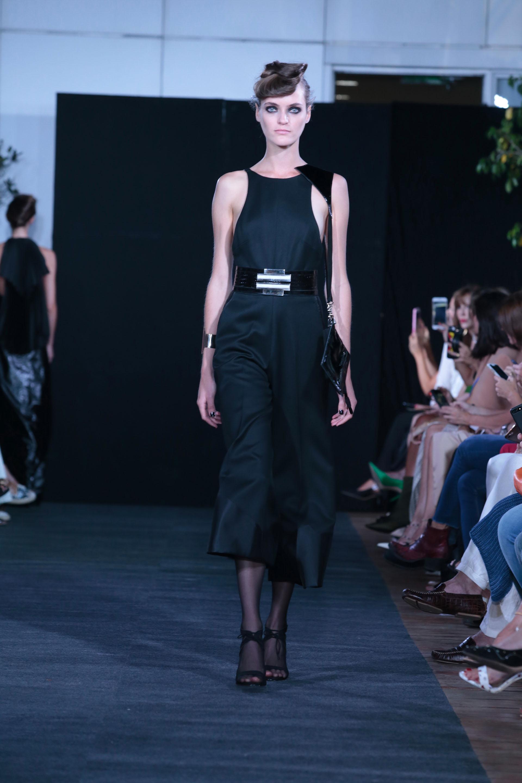 Los diseños asimétricos llevaban de accesorio joyas rígidas realizadas en acrílico de la diseñadora Isabel Engelbert