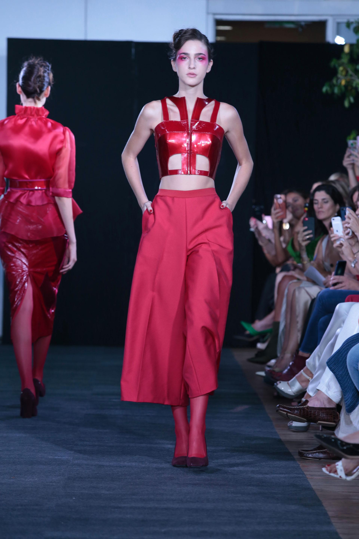 Crop top realizado en cuero y pantacourt sastrero. Un total look rojo pasión. Todos los conjuntos presentaron medias de nylon a tono