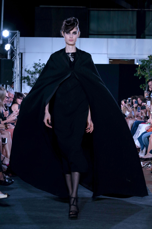 El desfile comenzó con diseños en negro, un color infaltable en la paleta de colores de la colección de Zitta