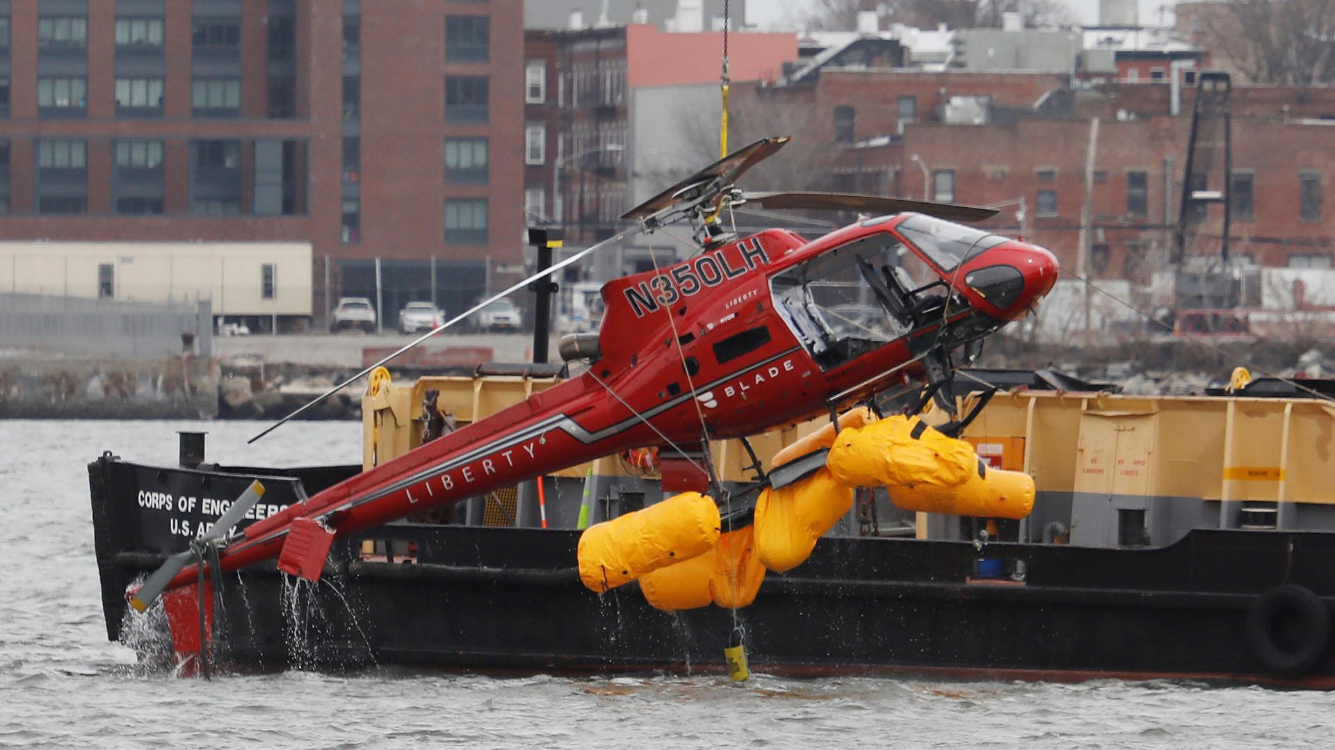 Las autoridades sacan el helicóptero del East River de Nueva York (Foto: Reuters)