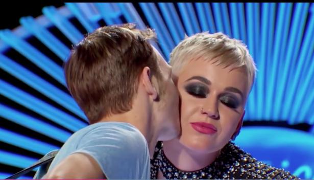 El concursante de American Idol le dio un beso en la mejilla a Katy Perry