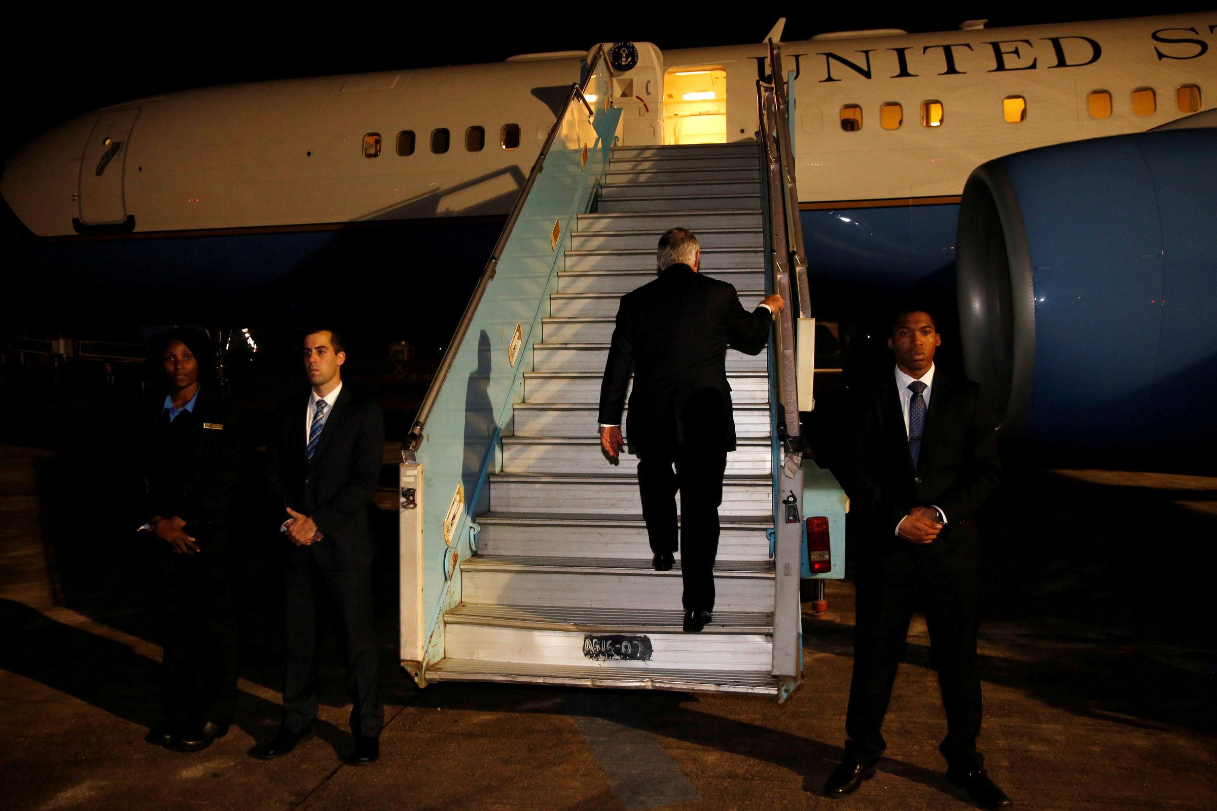 Rex Tillerson aborda el avión poniendo fin a su gira por África (Reuters)