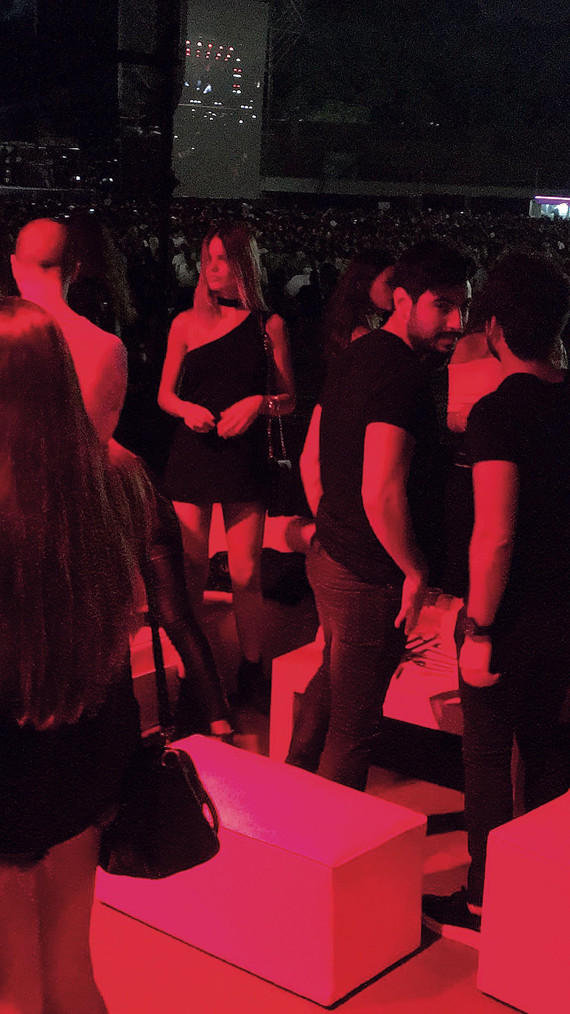 """Eva Bargiela y Facundo Moyano miran """"casualmente"""" hacia otro lado cuando llegan las cámaras. Eso sí, a solas, se dejaron llevar por la pasión. (Fotos Diego Soldini/GENTE y Sergio Santillán/Fénix)"""