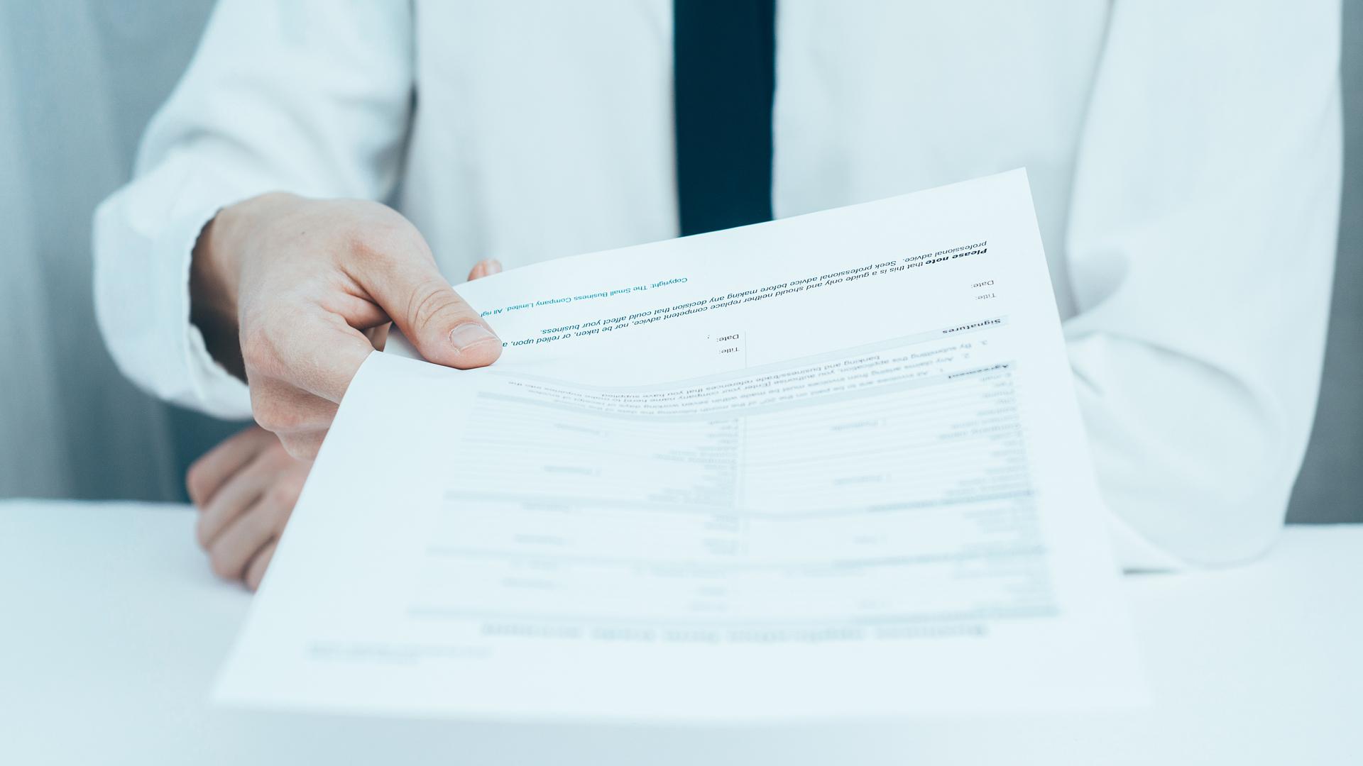 La confección del currículum de manera correcta y detallada es importante para no cometer errores que impidan que obtenga el empleo (Getty Images)