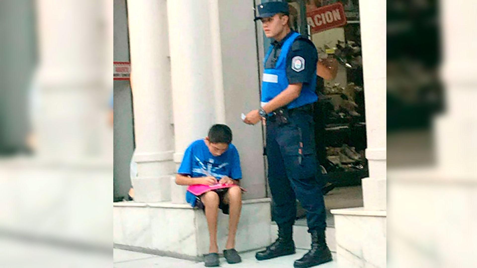 https://s3.amazonaws.com/arc-wordpress-client-uploads/infobae-wp/wp-content/uploads/2018/03/13122033/Cristian-Irigoitia-policia-ayuda-tarea-1920-2.jpg