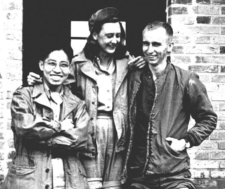 Elizabeth McIntosh se infiltró en Asia y el sudeste asiático para hacer propaganda en contra de Japón y a favor de los Estados Unidos. Fue testigo del bombardeo a Pearl Harbor y a partir de ese momento se unió a la OSS