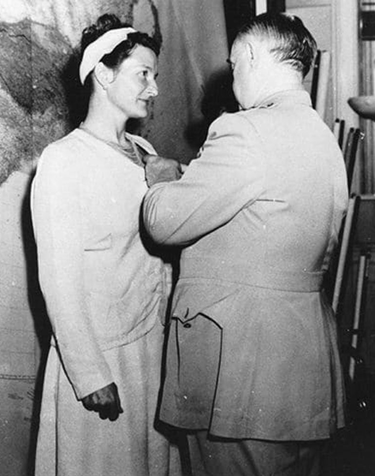 Virginia Hall es distinguida en 1945 por el general William Donovan, por entonces director de la Oficina de Servicios Estratégicos, OSS, germen de la CIA