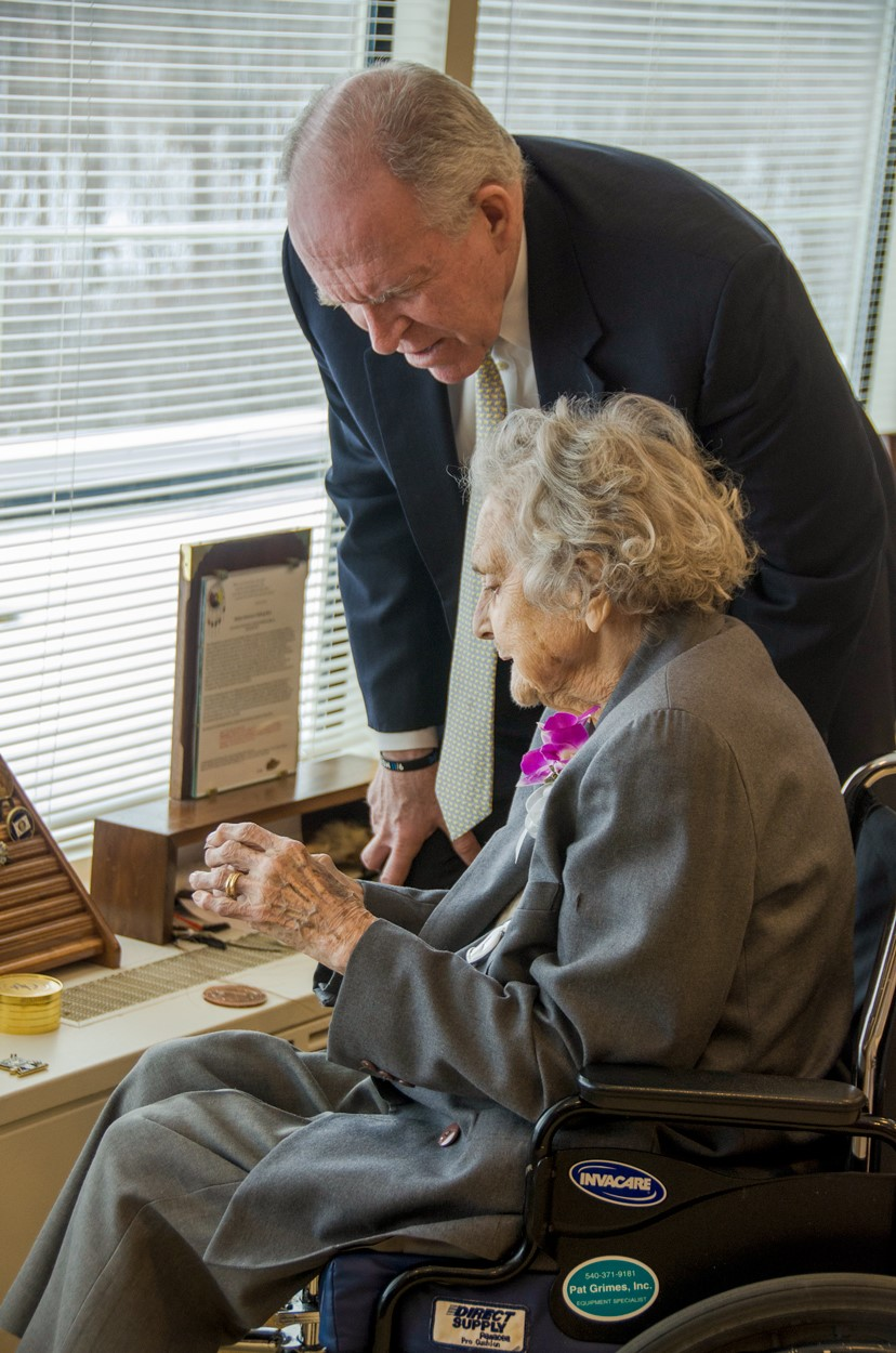 John Brennan y Elizabeth McIntosh, una de las más grandes emblemas de la CIA, durante su celebración por sus 100 años