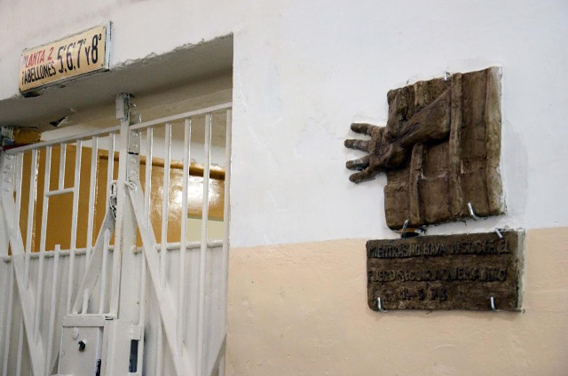 La escultura con el logo que Rocambole le había donado a Cardozo en la puerta que conduce al Pabellón Séptimo
