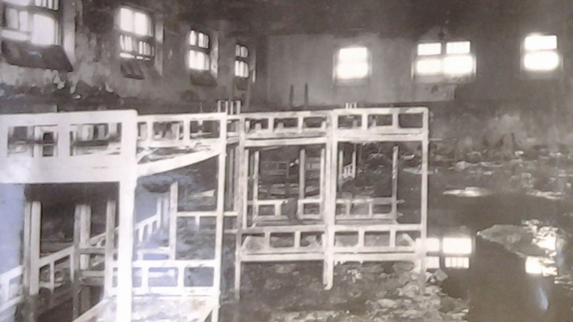 Las camas de hierro multiplicaron el calor y quemaron a los reclusos que buscaban refugio