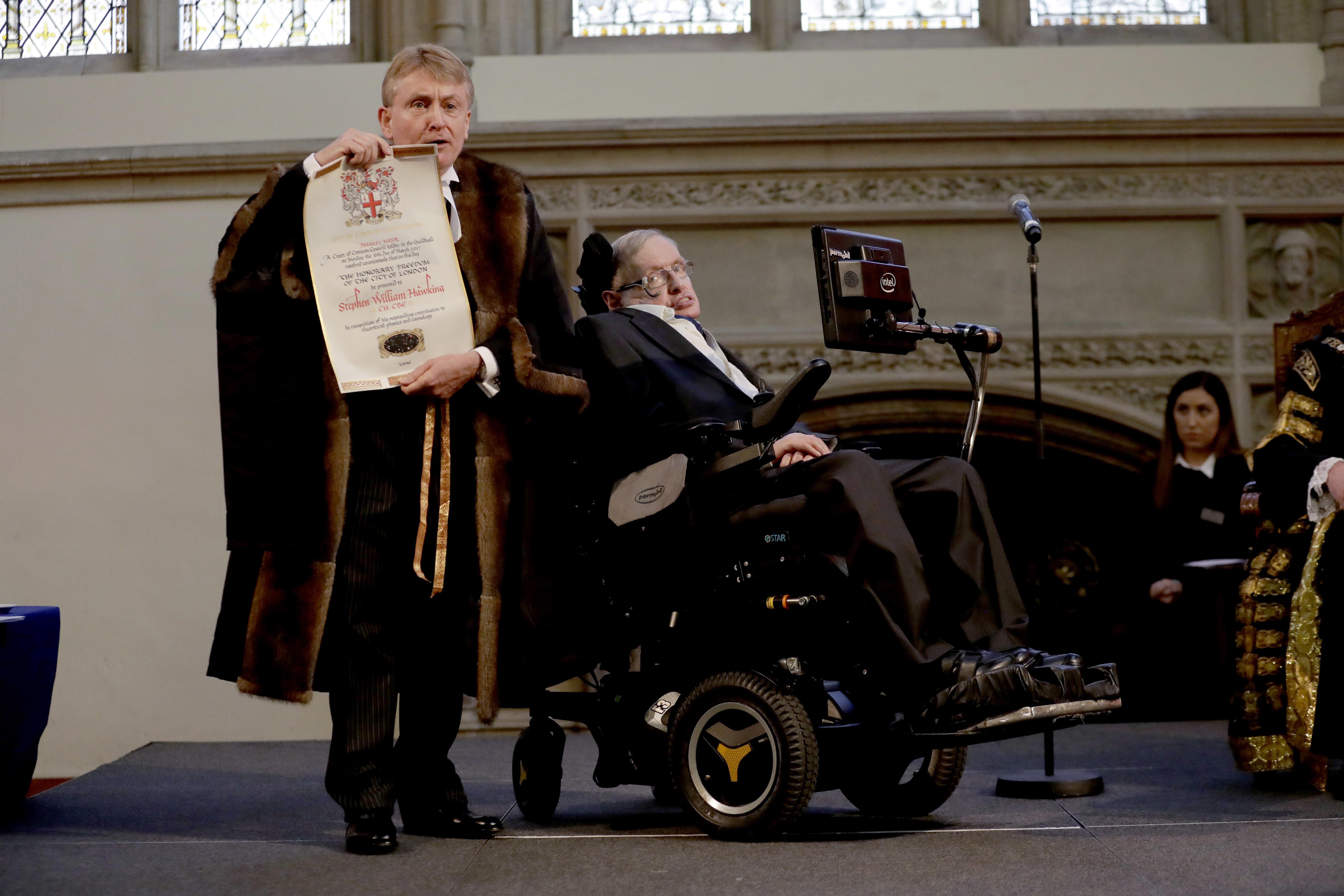 Stephen Hawking recibiendo un título honorifico de la ciudad de Londres en marzo de 2017 (AP/Matt Dunham)