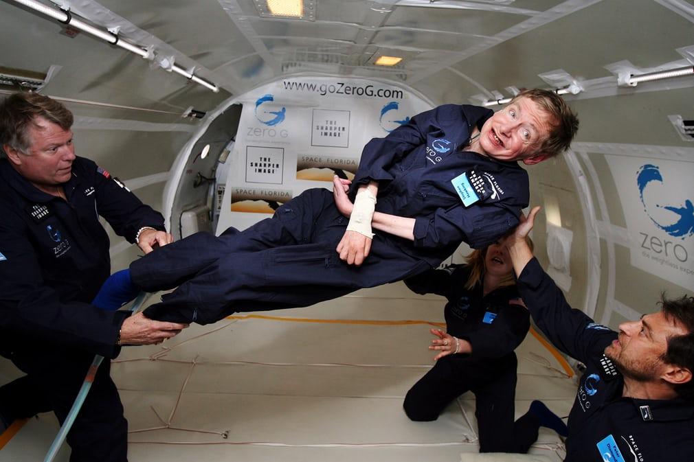 Stephen Hawking durante un vuelo a gravedad cero en 2007 (ÄP)