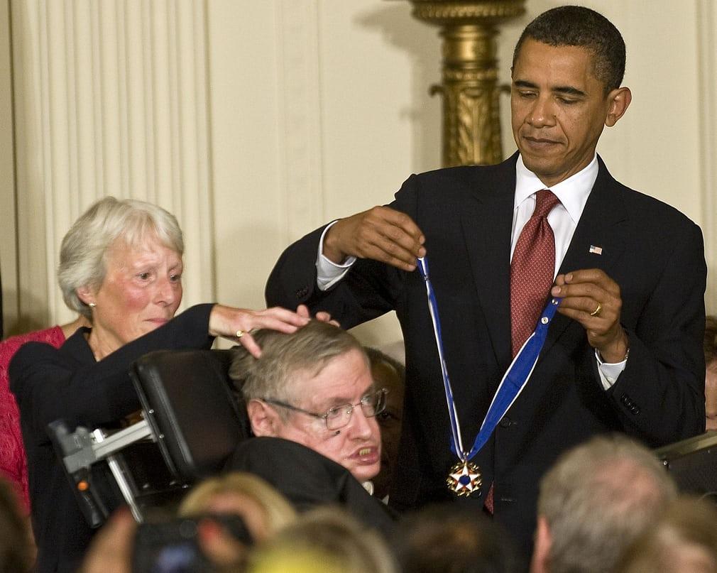 Recibiendo la Medalla de la Libertad de las manos del presidente Obama en 2009 (Rex/Shutterstock)