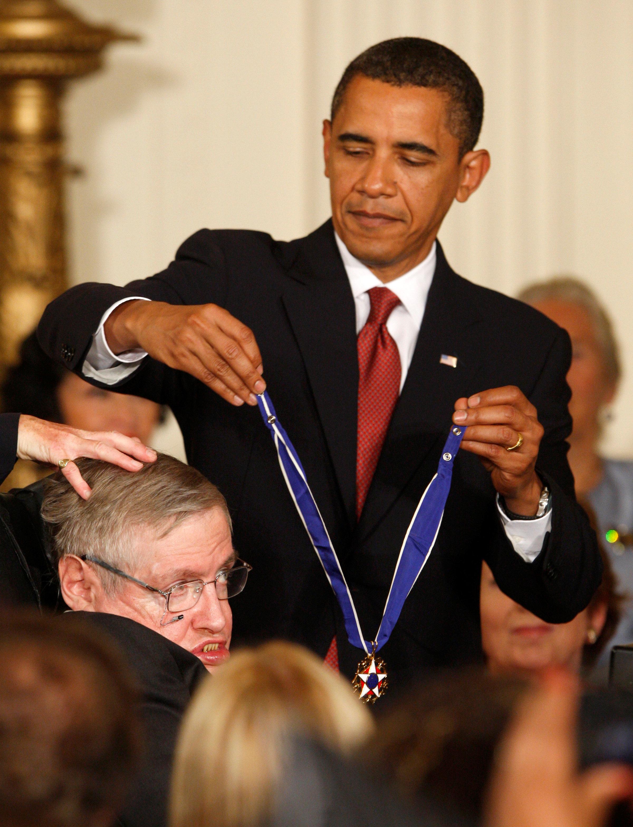 Recibiendo la Medalla de la Libertad de las manos del presidente Obama en 2009 (REUTERS/Jason Reed/archivo)