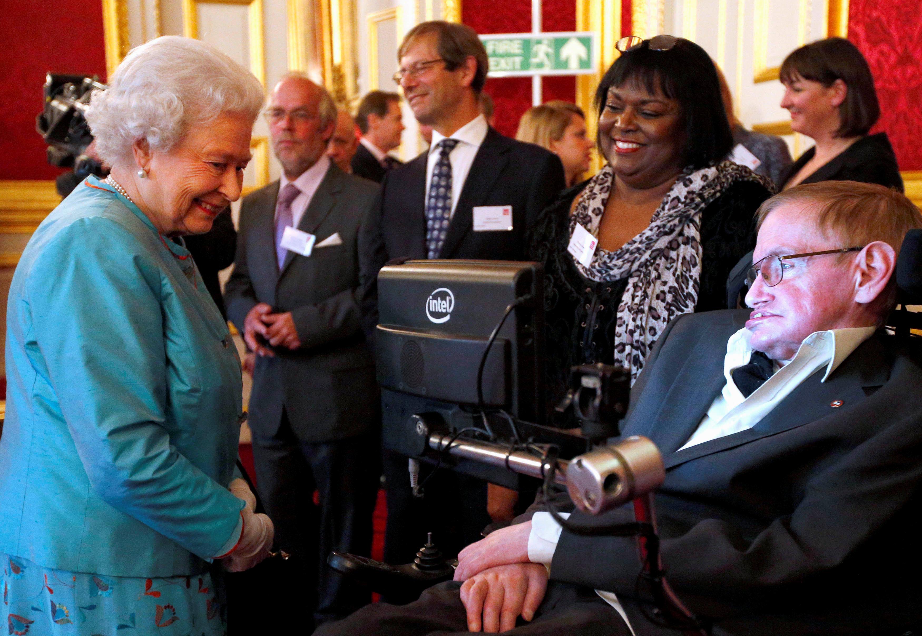 Con la reina Isabel II en 2014. (Jonathan Brady/Pool via REUTERS/archivo)