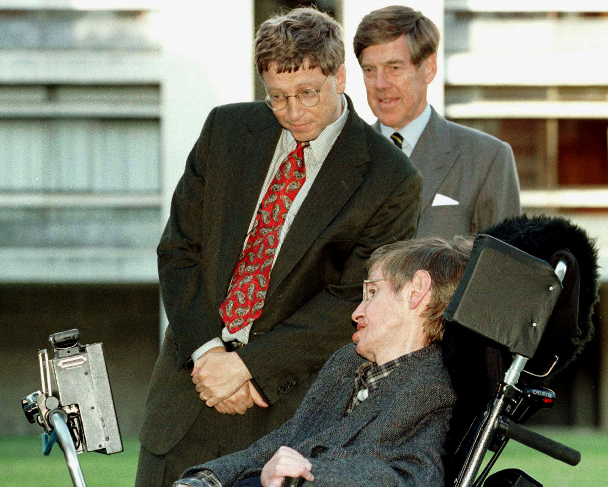 Con el fundador de Microsoft Bill Gates en Cambridge en 1997 (REUTERS/Stringer/archivo)