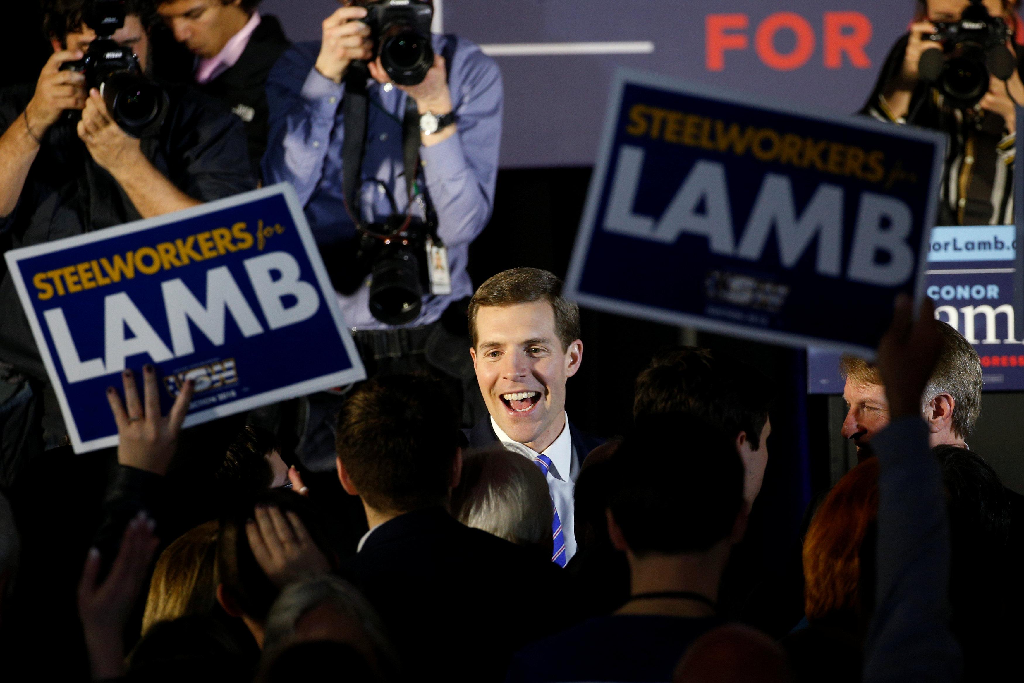 El candidato democrataConor Lambclamó la victoria durante un encuentro con seguidores (REUTERS/Brendan McDermid)