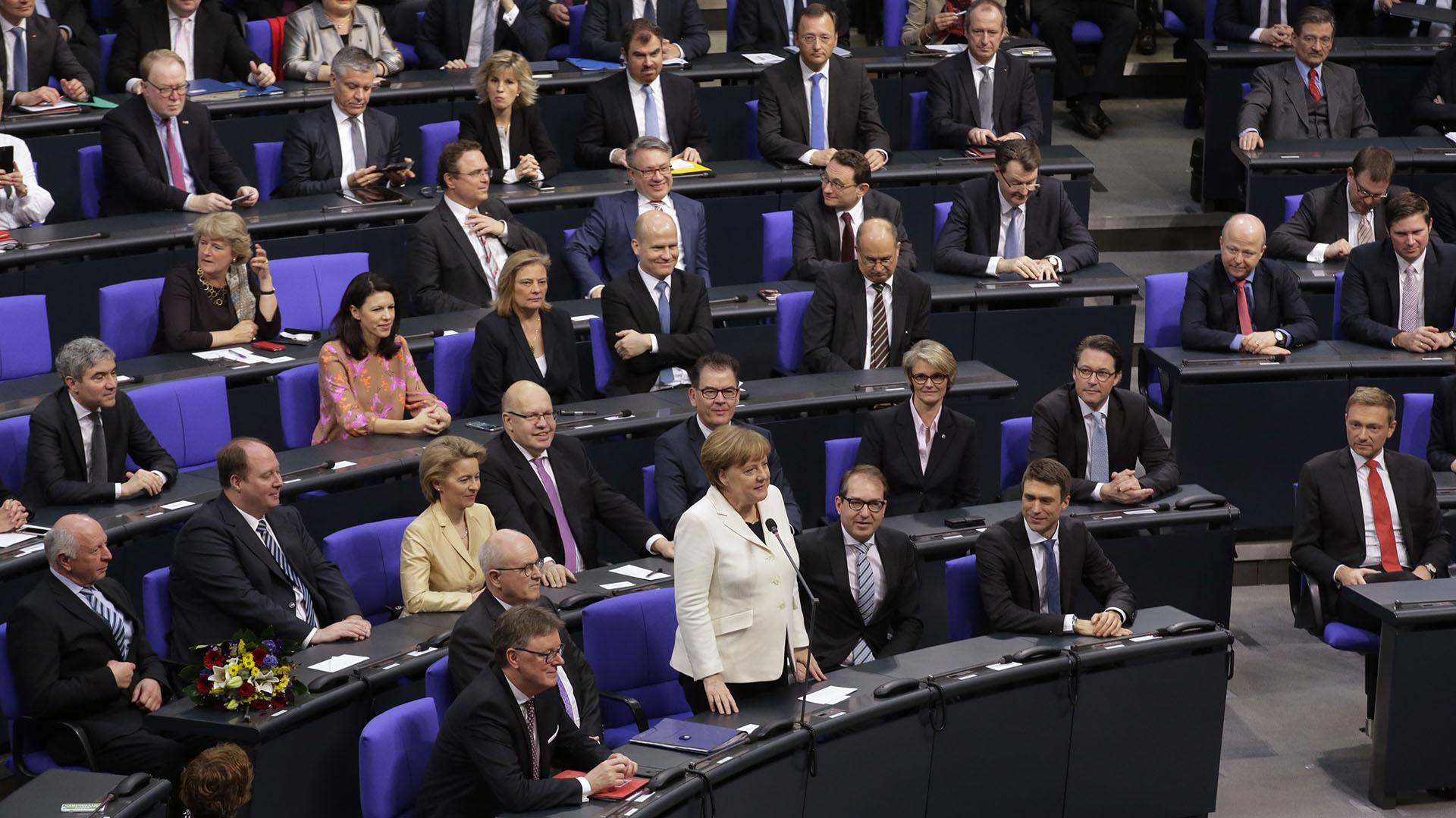 Merkel frente a los miembros del Bundestag, la cámara baja del Parlamento alemán (AP)