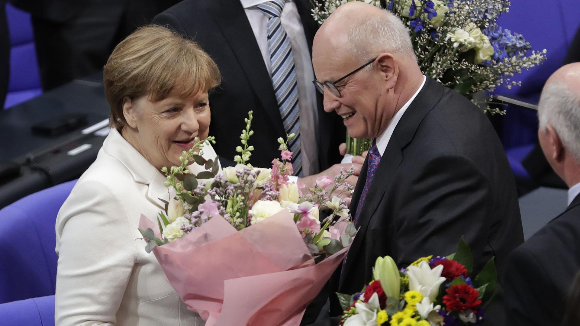 La canciller recibe flores como felicitación por su investidura (AP)