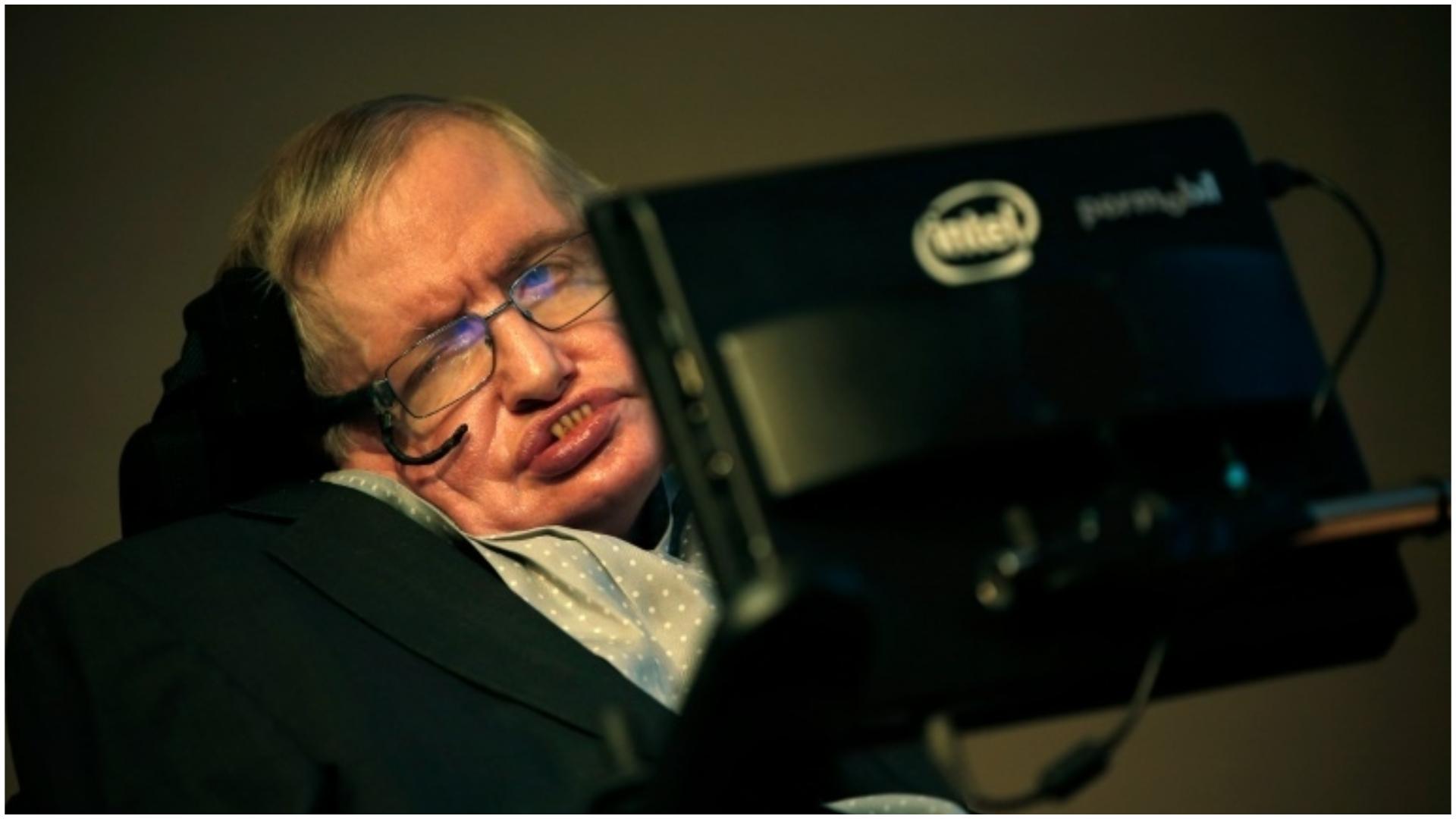 El astrofísico británico Stephen Hawking en una rueda de prensa donde anunció un premio para la comunicación científica, la Medalla Stephen Hawking, en una primera edición en Londres, el 16 de diciembre de 2015 (Foto Archivo GENTE)