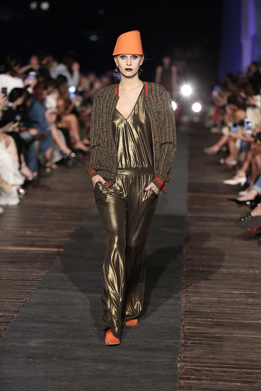Un look futurista: una monoprenda en dorado en combinación con bomber de lurex y puños deportivos