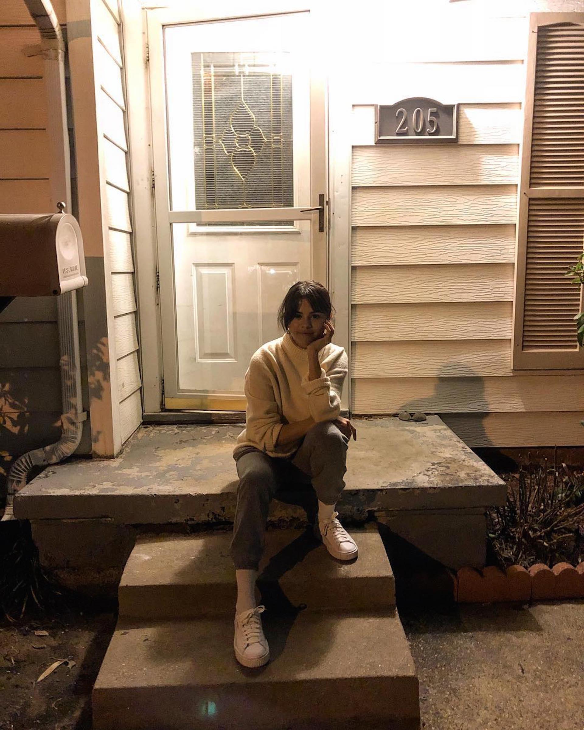 Selena frente a la casa en donde vivió hasta los 13 años. (Foto Instagram)