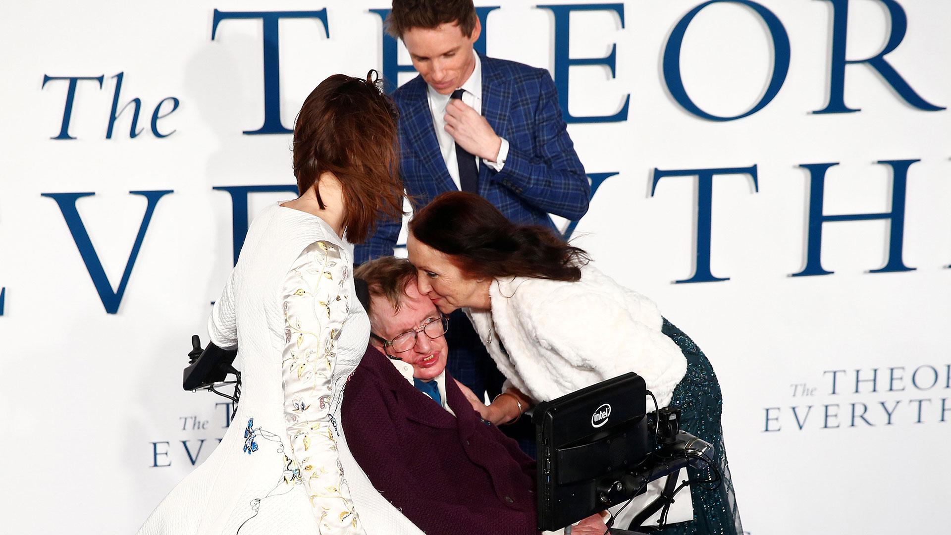En reencuentro con su ex, Jane Wilde, en el festival de Toronto de 2014, junto con los act0res Eddie Redmayne y Felicity Jones, quienes los interpretaron en La teoría del todo (Reuters)