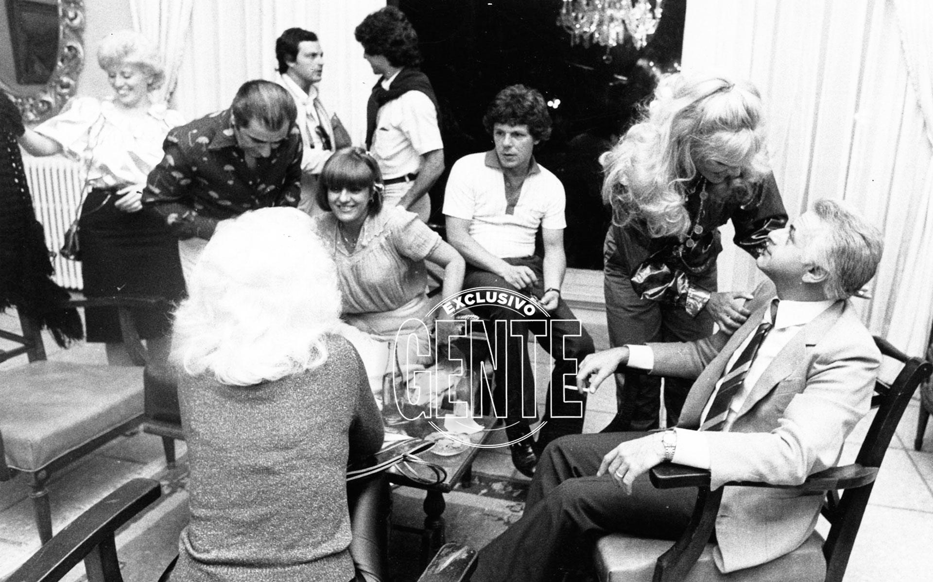 Entre amigos: Gerardo Sofovich, Susana Giménez, Carmen Morales, Mario Sapag y Ricardo Darín en febrero de 1982 (Foto archivo GENTE)
