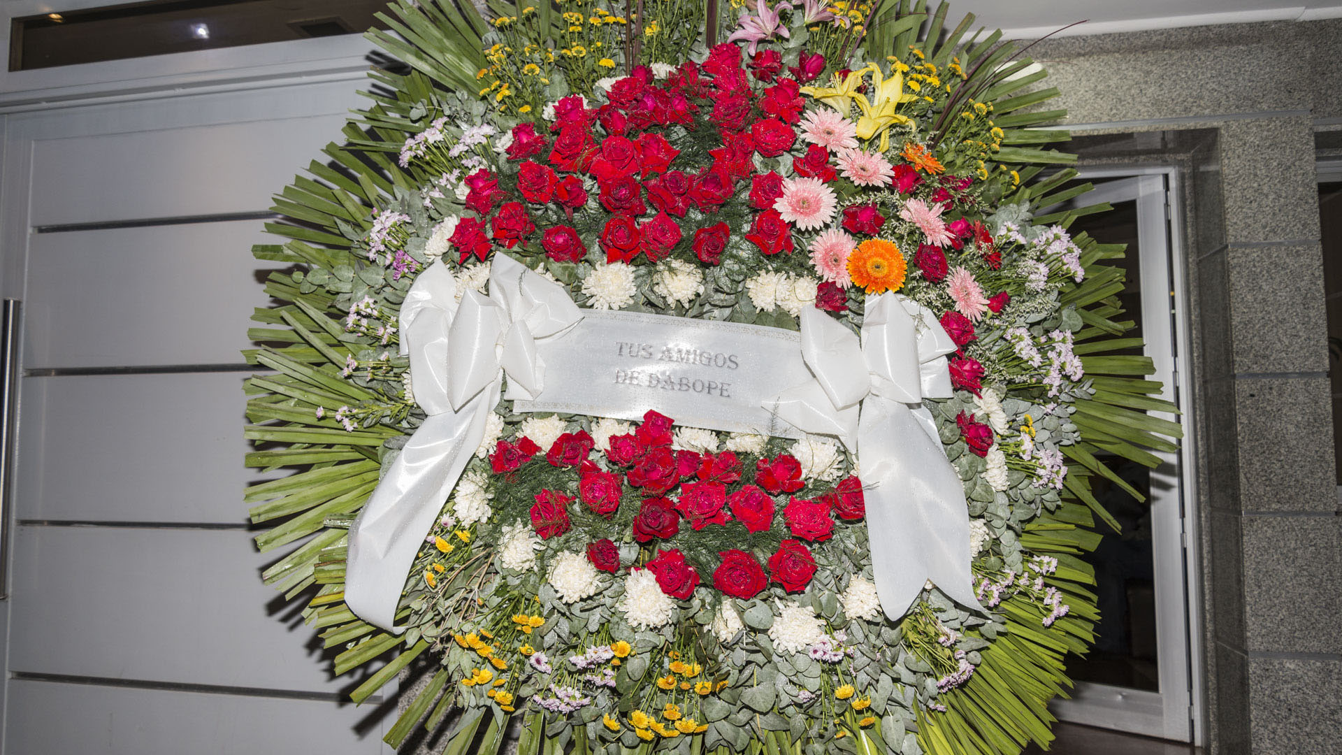 La corona funebre enviada por Dabope