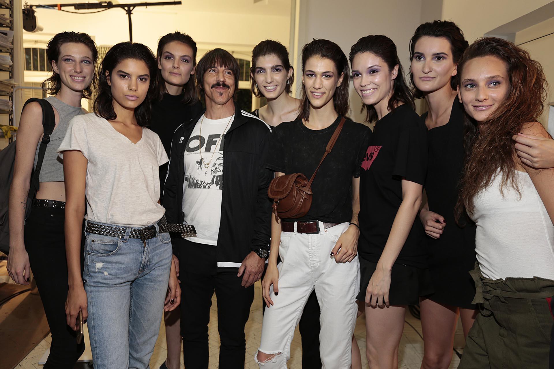Anthony Kiedis se fotografió con todos inclusive con las modelos que defilaron en el show (Christian Bochichio)