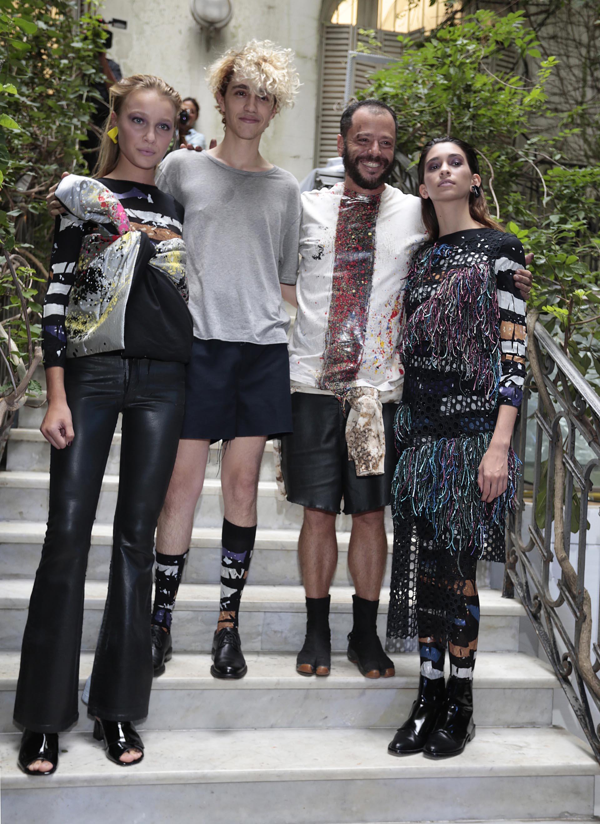 Al final del show, Martín Churba junto a sus modelos y diseños de la nueva colección 'Tramando.0' (Christian Bochichio)