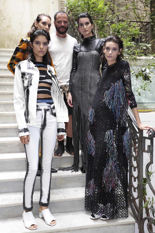 Final del desfile. Martín Churba junto a sus modelos luciendo sus diseños de Tramando.0