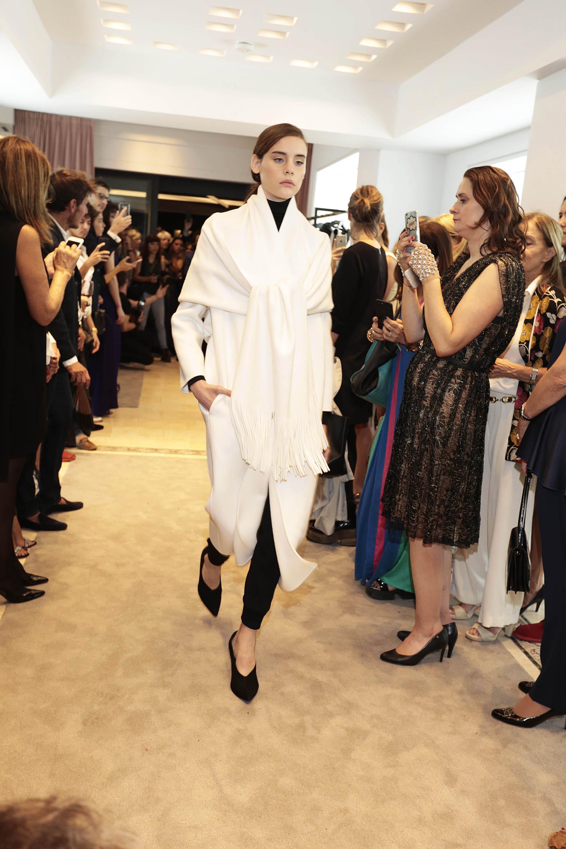 La combinación entre el blanco y negro. Tapados con chal, en blanco y pantalón sastrero achupinado, polera y mules en punta con taco de gamuza