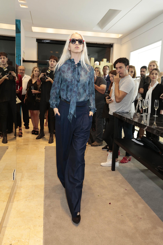 Blusa en seda estampada y lazo en conjunto de pantalón sastrero en azul noche