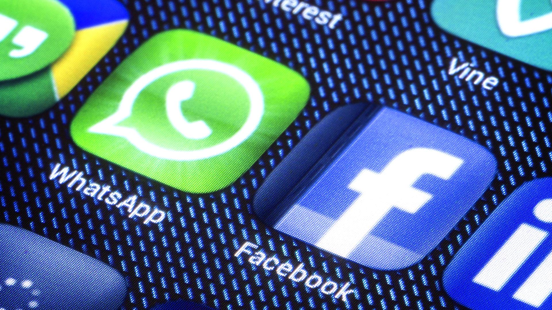 """WhatsApp fue adquirida en 2014 por la compañía de Mark Zuckerberg ante el temor de que se produjera una """"fuga"""" de usuarios en su """"app"""" de mensajería, Facebook Messenger"""