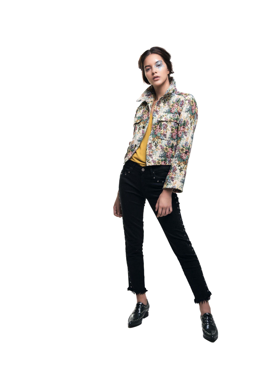 Campera corta de broccato ($ 2.900, India Style), camisa con lazo ($ 2.790, Rafael Garófalo), jean ($ 2.628, Mirta Armesto) y zapatos de charol con tachas ($ 3.290, Blaqué).