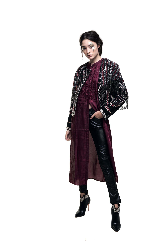 Capa bordada con flecos, saco bordado y vestido ($ 5.200, $ 7.200 y $ 4.600, Rapsodia), pantalón de cuero ($ 2.600, Kosiuko) y botas de cuero con tachas ($ 8.250, Saverio Di Ricci)