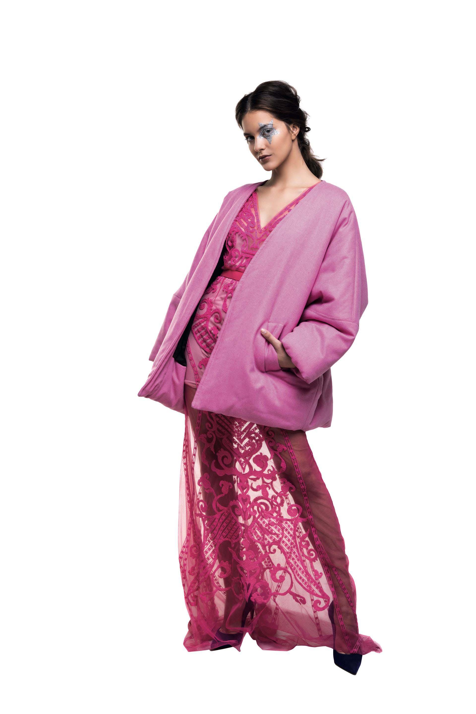 Maxisaco ($ 7.990, Trosman) y vestido de encaje largo (China by Antolín).