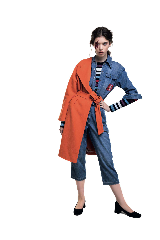 Tapado con lazo naranja ($ 7.200, Clara Ibarguren), suéter rayado ($ 2.700, Kosiuko), overol de jean ($ 3.199, Melocotón) y zapatos de gamuza ($ 2.300, a pie)