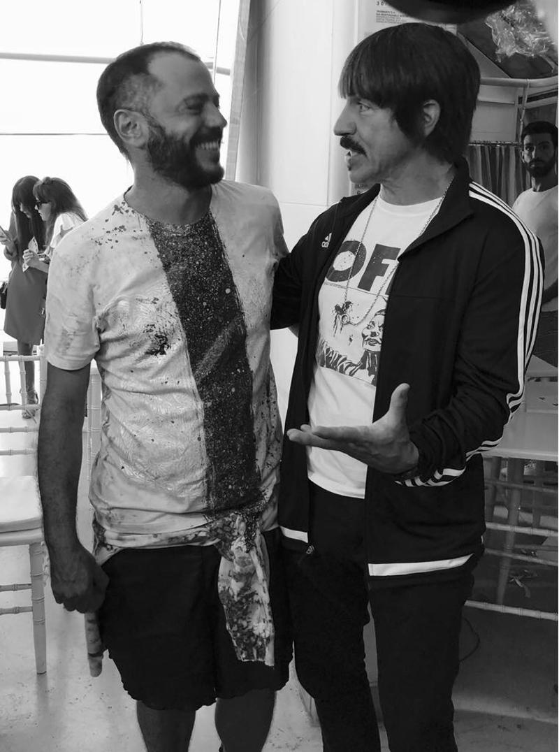 Churba y Kiedis en una charla íntima entre el diseñador y el músico sobre cómo será su look para el festival (Churba-Giarini)