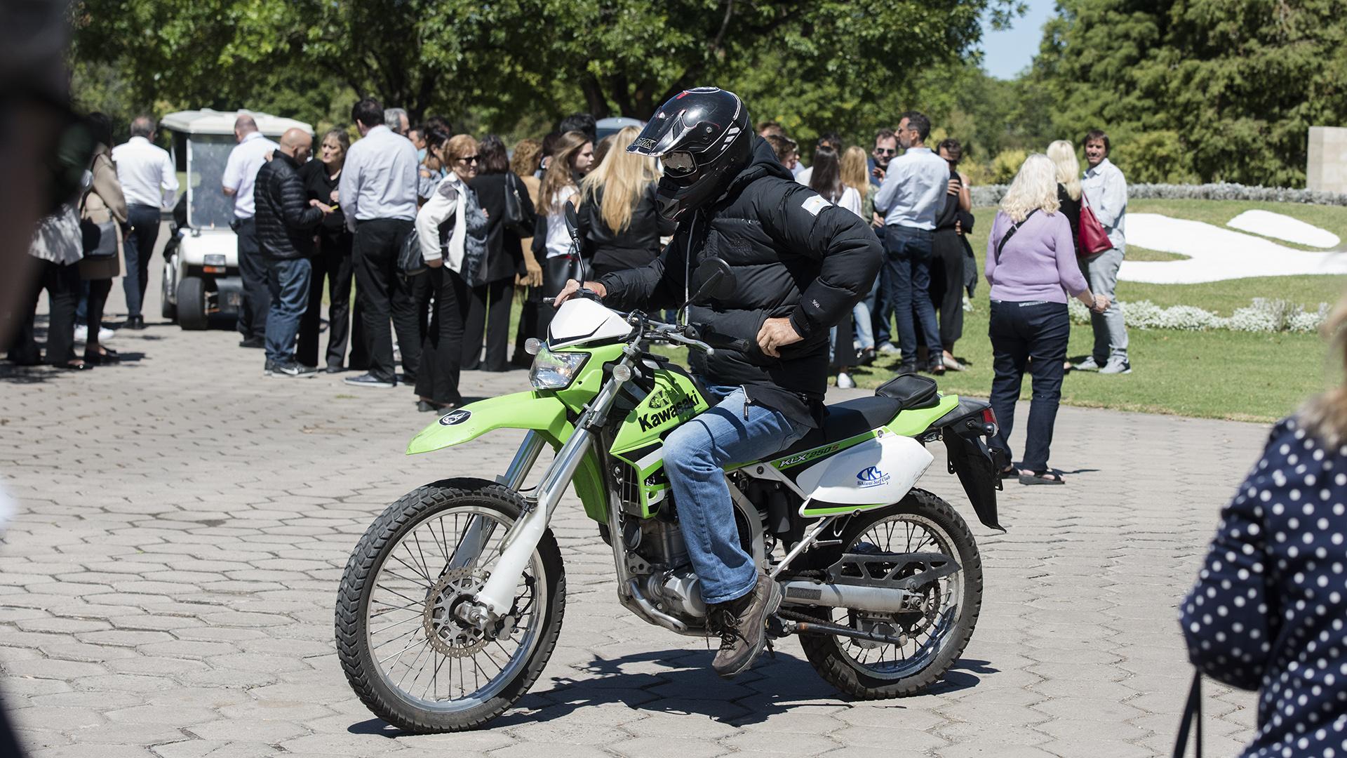 Facundo Arana llegó en su moto