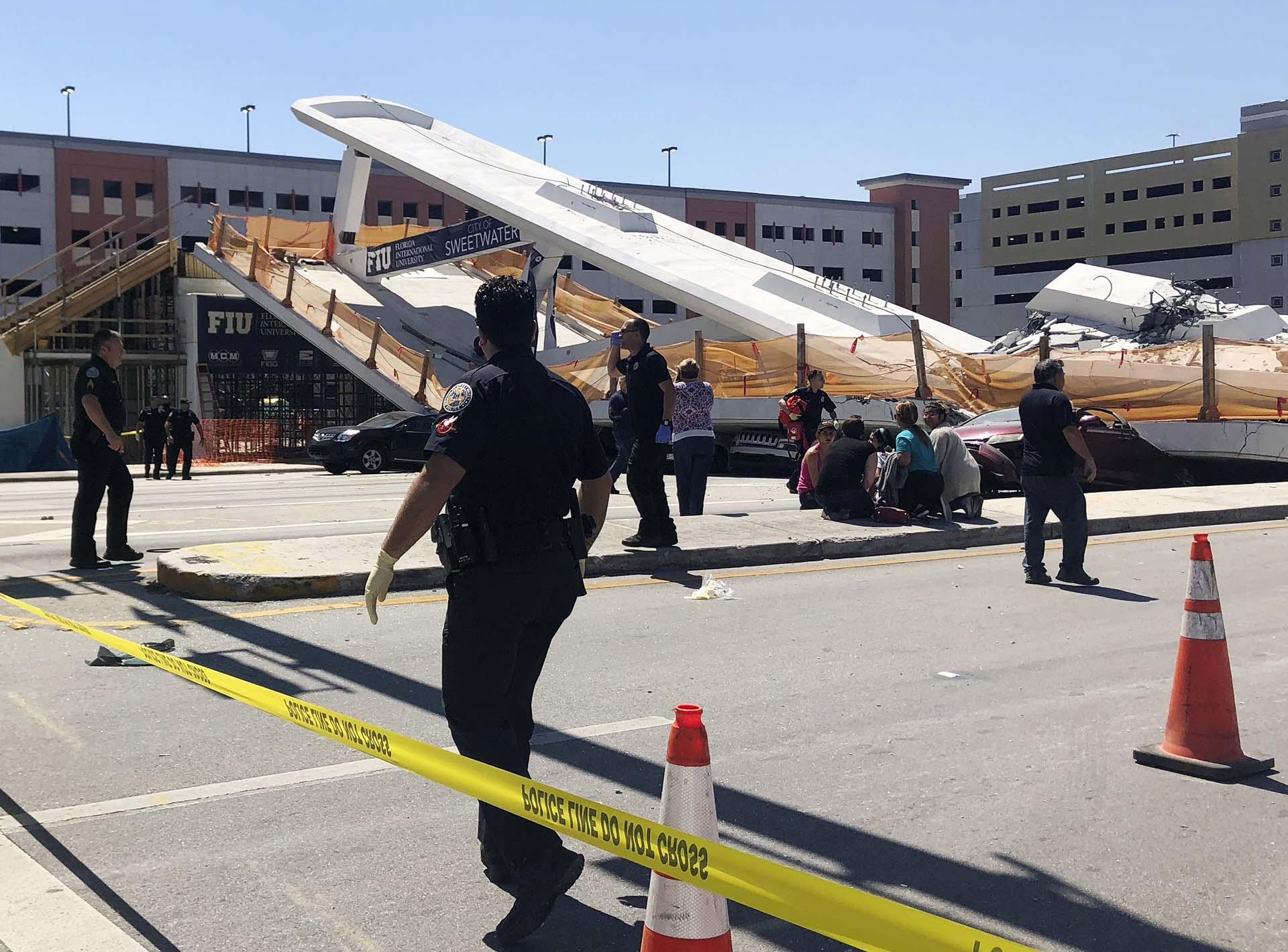 Personal de seguridad y emergencias de Sweetwater trabajan en el lugar del colapso(WTVJ NBC6 via AP)