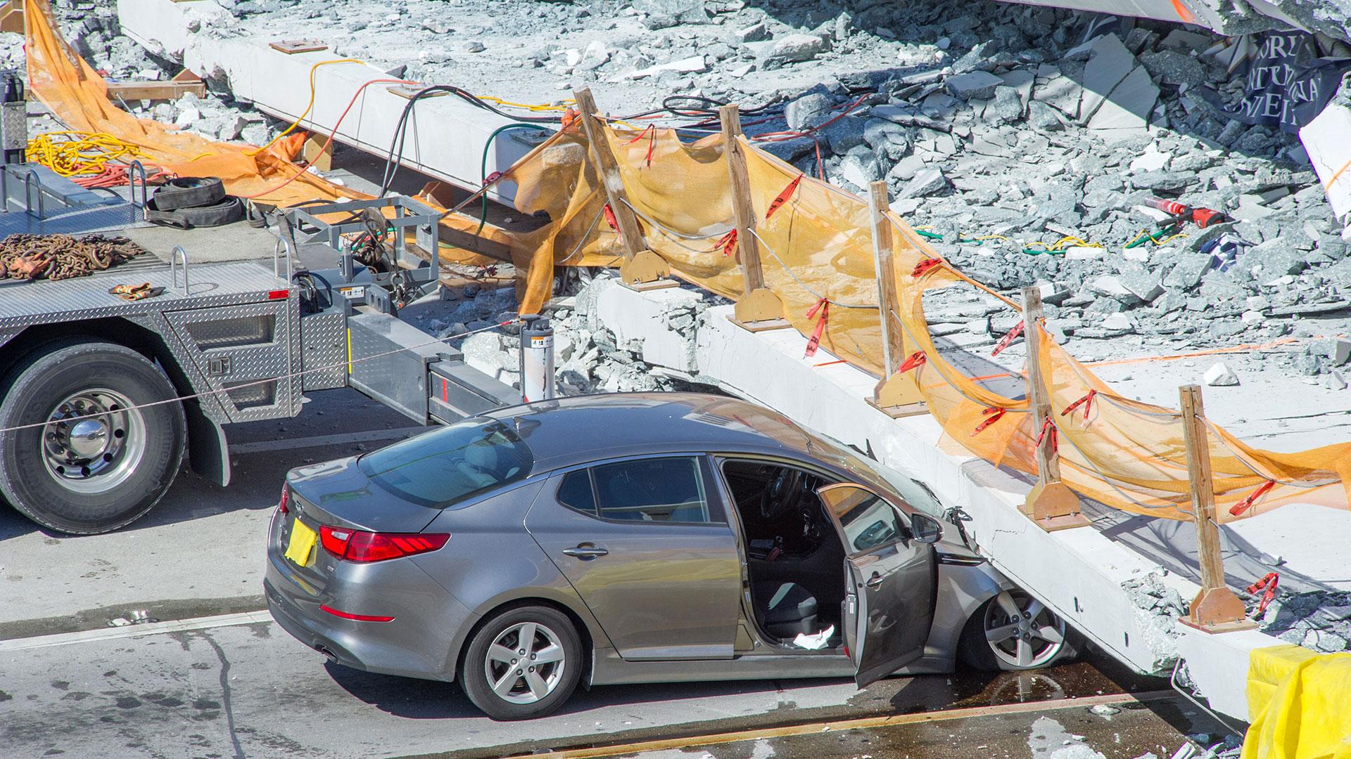 Ocho autos fueron impactados tras el colapso del puente (EFE)
