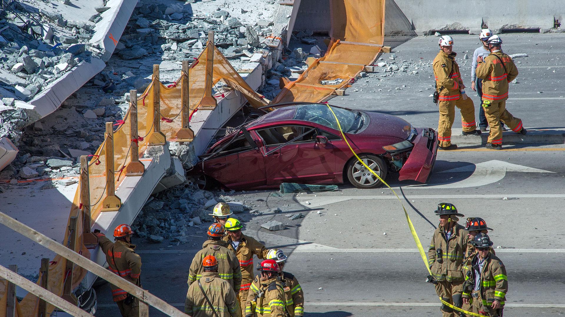 El derrumbe del puente peatonal sobre la conocida calle ocho dejó seis muertos, varios heridos y algunas personas atrapadas bajo los escombros (EFE)